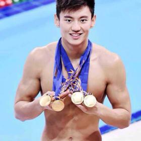 宁译涛在亚运会上获得4枚金牌,打破100米自由泳, 4Xl00米自由泳接力二项亚洲纪录,50米自由泳,4x100米混台泳接力,二项亚运会纪录,圆潇结束一场激烈的战斗!