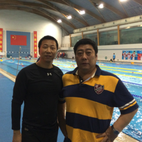 韩冰岩,中国国家游泳队副总教练,五次奥运会教练。  Han bing yan, Chinese national swimming team assistant head coach, five times Olympic coach.